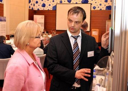 Die sächsische SPD-Bundestagsabgeordnete Dr. Marlies Volkmer mit einem Forschung treibenden Mittelständler (Quelle: Checkpoint-Media)