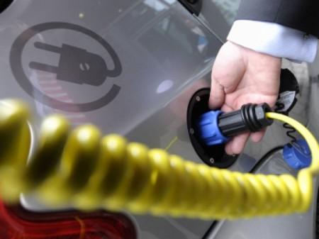 Steuervorteile und Sonderfahrspuren für Elektroautos - Foto: dapd