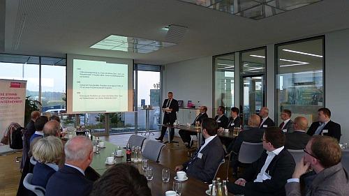 Frank-Udo Münker stellt den oberbergischen Familienunternehmern sein Unternehmen vor.