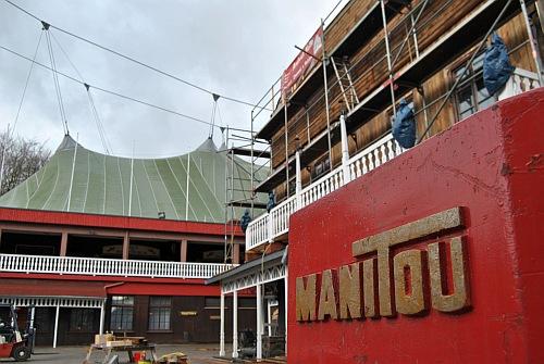"""Die Renovierungen beim Elspe Festival sind schon im vollen Gange - selbst sogar """"Manitou"""" hilft mit."""