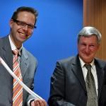 FKT-Geschäftsführer Dr. Klaus Jansen mit einer im Team von Prof. Dr. Michael Doser vom ITV Denkendorf (r.) entwickelten Gefäßprothese aus Textilmaterial (Foto: InnoMedia)