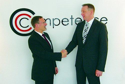 Gemeinsam erfolgreich: benntec-Geschäftsführer Joachim Ratte (links) und COMPETENCE-Vertriebsspezialist Christian Döhle (Foto: Competence)