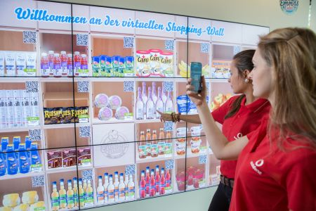 Photo of Vodafone Campus: Einkaufen an Deutschlands erster digitaler Shopping Wall