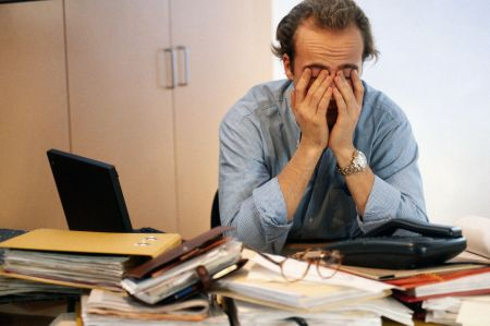 Immer mehr Arbeitnehmer haben das Gefühl, durch den permanenten Druck am Arbeitsplatz ausgebrannt und erschöpft zu sein. Schlimmstenfalls kann eine solche psychische Erschöpfung zur Berufsunfähigkeit führen. Foto: djd/www.geld.de/thx