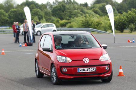 """In Fahrsicherheitstrainings, wie sie etwa Volkswagen im Rahmen des """"Junge Fahrer""""-Programms anbietet, können Fahranfänger eigene Grenzen ausloten und den Umgang mit Extremsituationen üben. Foto: djd/Volkswagen AG"""