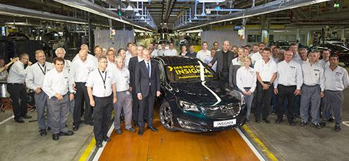 """Produktionsstart: Am 22. August 2013 läuft der erste neue Opel Insignia vom Band. Ein guter Grund für eine Feierstunde mit der Rüsselsheimer Belegschaft und Opel-Chef Dr. Karl-Thomas Neumann (Mitte). Quelle: """"obs/Adam Opel AG"""""""