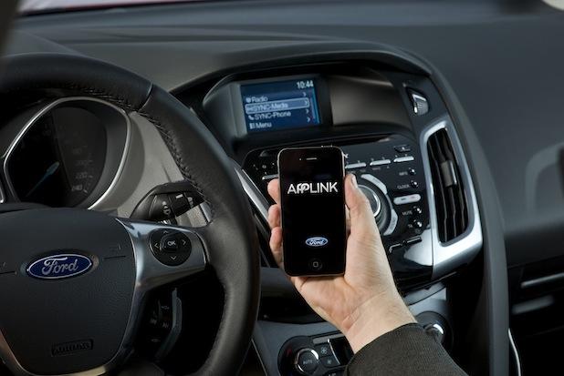 Bild von Fahrzeug mit dem sprachgesteuerten Konnektivitätssystem produziert