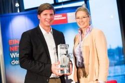 Die Jungen Unternehmer aus Berlin ehrten Florian Toncar (FDP) mit dem Preis der Generationengerechtigkeit. Foto: BJU/Anne Kreuz