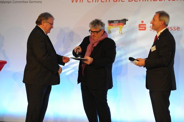 Bild von Apotheker übergeben Ehrenpreis im Behindertensport