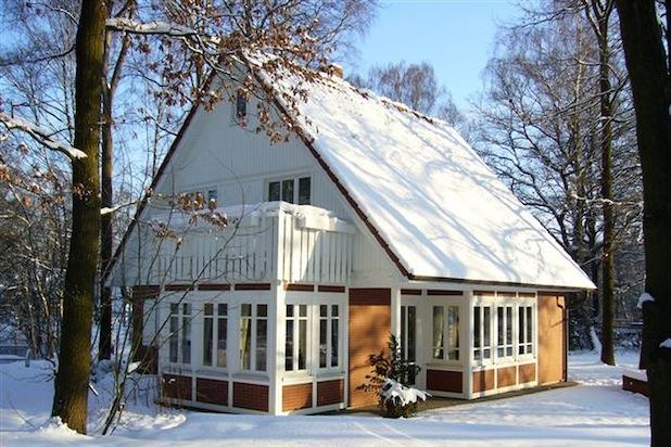 Bild : Ein Holzfertighaus trotzt nicht nur mühelos dem Winter, sondern ist auch langfristig eine lukrative Altersvorsorge. Foto: djd/Haacke-Haus