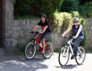 Sportlich unterwegs auf Mountainbikes mit Rückenwind
