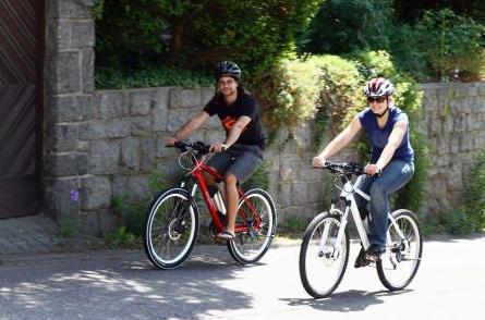 Photo of Sportlich unterwegs auf Mountainbikes mit Rückenwind