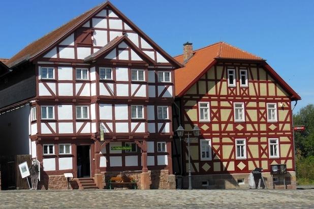 Verputzte Fassaden sind nicht nur im Fachwerk ein schönes architektonisches Gestaltungselement. Foto: djd/Deutsches Lackinstitut/Michael Bross
