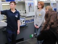 Mehr als 700 Schülerinnen schnuppern bei Daimler in technische Berufe rein