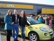 Opel ADAM beschenkt glückliche Gewinnerin