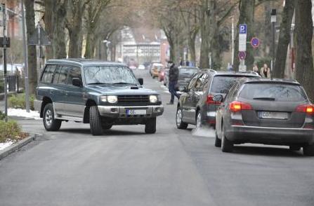"""Bild von Wer hat Recht: Rechtsabbieger oder """"Falsch-Fahrer"""" auf der Vorfahrtsstraße?"""