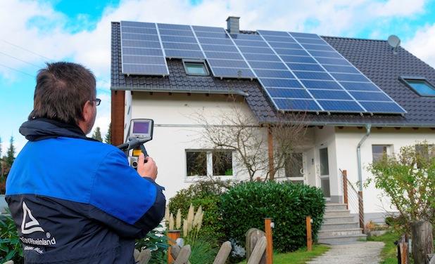 """Photo of """"Frühjahrsputz"""" bei Solaranlagen: Große Inspektion durch Fachbetrieb sinnvoll"""