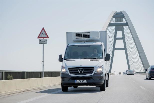 Windige Ecke: An der Fehmarn-Sund-Brücke, die als eine der windreichsten Brücken Deutschlands gilt, spielt der serienmäßige Seitenwind-Assistent des neuen Sprinter seine stabilisierende Funktion voll aus.