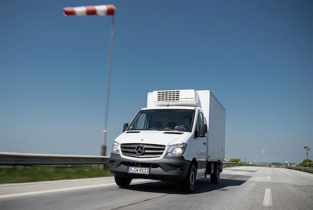 Seitenwind-Assistent serienmäßig: Ab Juni 2014 ist der ESP-gestützte, innovative Seitenwind-Assistent für die allermeisten Varianten des neuen Mercedes-Benz Sprinter serienmäßig.