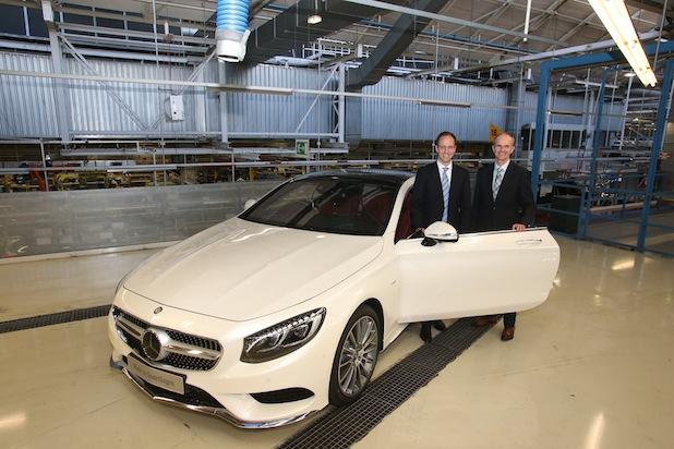 Produktionsstart des neuen S-Klasse Coupés im Mercedes-Benz Werk Sindelfingen (von links nach rechts) Dr. Emmerich Schiller, Leiter Montage S-Klasse, Dr. Willi Reiss, Leiter Mercedes-Benz Werk Sindelfingen.