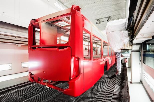 Das EvoBus Werk Neu-Ulm ist mit 3.600 Beschäftigten einer der größten Arbeitgeber in der Region. In der Lackierung garantieren acht Roboter eine gleichmäßige Beschichtung der Omnibuskarossen bei vergleichsweise geringem Materialverbrauch.