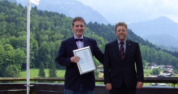Foto: © Vorstand Armin Nowak und Creditreform-Prokurist und Mitglied der Geschäftsleitung Rainer Wagatha