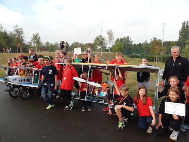 Photo of Flugkistenrennen 2014 ‐ Polyprint unterstützt MINT‐Klasse der Emmy‐Noether‐Schule beim Bau ihrer Flugkiste