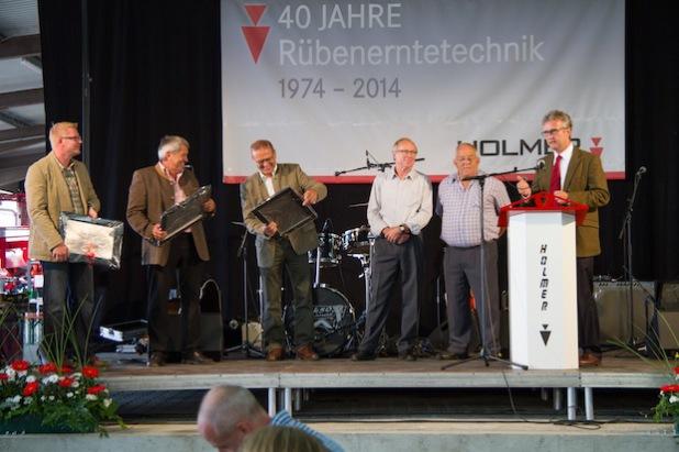 """Im Rahmen der Feierlichkeiten """"40 Jahre HOLMER-Rübenerntetechnik"""" wurden Josef Lang und Gerald Jungmeier (2. u. 3. v. links) von Vertriebsleiter Jürgen Eifler (links) und Geschäftsführer Wolfgang Bergmann (rechts) nach jeweils über 20 Jahren Tätigkeit für HOLMER offiziell in den Ruhestand verabschiedet."""