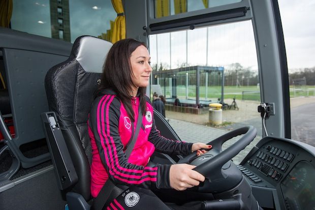 Bild von Mercedes-Benz übergibt neuen Mannschaftsbus