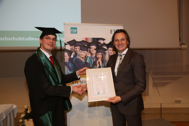 Alfred Lein, ETL AG Wirtschaftsprüfungsgesellschaft Stuttgart, übergibt Michael de Clara, Absolvent der FOM Hochschule Stuttgart, den ETL-Mittelstandspreis.