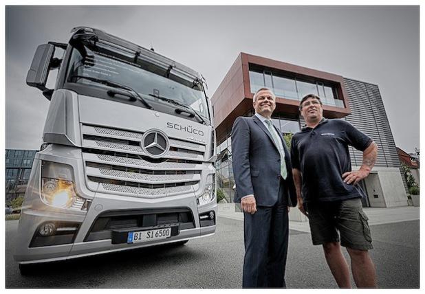 Schüco vertraut bei seiner Flotte auf Nutzfahrzeuge von Mercedes-Benz. Von links: Andreas Engelhardt (persönlich haftender Gesellschafter der Schüco International KG) und Joachim Bote (Fahrer der Schüco International KG).
