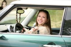 © istock.com/aabejon Das eigene Auto ist für viele Jugendliche selbstverständlich.