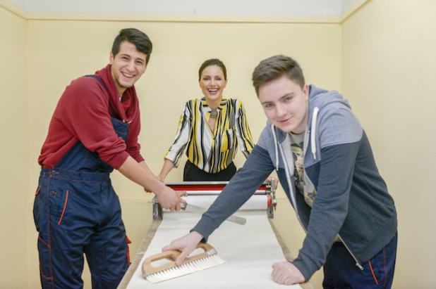 Bildunterschrift: Mete (17) und Jakub (15) zusammen mit Schirmherrin Nazan Eckes. Die Jugendlichen kommen aus einem Projekt, das 2012 mit dem DEICHMANN-Förderpreis für Integration ausgezeichnet wurde.