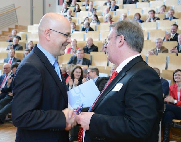 Ministerpräsident Torsten Albig bedankte sich bei Prof. Dr. Herbert Zickfeld für die konstruktive Zusammenarbeit. Foto: Gatermann