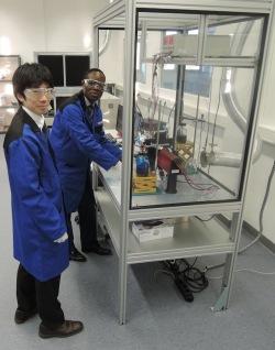 Ryota Imanishi, Kyocera Engineer, Inkjet Design Center, Printing, Device Division und Kiwolo Mubieme, Kyocera Field Application Engineer, Inkjet Design Center, Printing Device Division