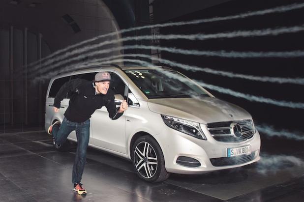 Thema: Sebastian Kienle, IRONMAN-Welt- und -Europameister 2014 auf der Langdistanz, neben der neuen V-Klasse bei Aerodynamiktest im Mercedes-Benz Windkanal / Untertuerkheim.