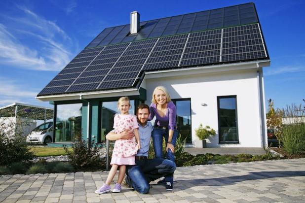 Für 20 Prozent der Deutschen ist eine Solaranlage auf dem Dach oder ein Blockheizkraftwerk im Keller ein wesentliches Entscheidungskriterium beim Kauf oder bei der Anmietung einer Immobilie. Foto: djd/LichtBlick SE/www.solarwirtschaft.de