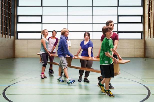 Um sich gesund zu entwickeln, benötigen Kinder täglich mehrere Stunden Bewegung. Diese kann in der Sportstunde stattfinden, aber auch in den ganz normalen Unterricht integriert werden. Foto: djd/DGUV