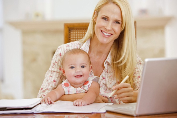 Wer beruflich stark eingespannt ist oder nach einer Elternpause zurück in den Job will, benötigt dafür flexible Voraussetzungen - wie beispielsweise beim Fernlernen. Foto: djd/Steuer-Fachschule Dr. Endriss/Monkey Business-fotolia.com