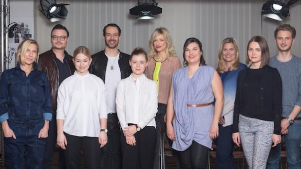 HSE24 vergibt zum 20-jährigen Jubiläum den HSE24 Talent Award, einen Design-Award für Nachwuchstalente. Insgesamt 15 ESMOD-Studenten entwarfen drei Komplett-Looks rund um einen Designklassiker. Eine top besetzte Jury ermittelte nun die sechs Semi-Finalisten: (v.l.n.r.) Stephanie Winterhalter, Christian Krabichler, Lifestyle-Experte des People-Magazins BUNTE, Lena Schleicher, ESMOD Art Director Ingo Brack, Marie-Theres Baier, Designerin Katja Will, Daniela Schönbauer, HSE24 Modechefin Yvonne Müller, Elena Trukhina und Lars Harre