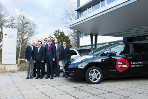 Gruppenfoto Hochschule Geislingen anlässlich  Inbetriebnahme einer Zweisäulen-Elektrotankstelle