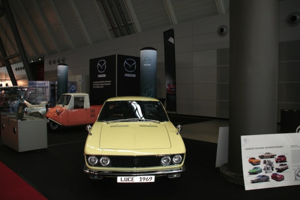 Leverkusen - Die größte Sammlung historischer Mazda Automobile in Europa befindet sich im Besitz des Augsburger Mazda Händlers Frey. Einige der Schätze zeigen Walter Frey und seine Söhne Joachim und Markus jetzt auf der Retro Classics in Stuttgart. Die größte Oldtimermesse Europas hat noch bis kommenden Sonntag, 29. März, geöffnet.