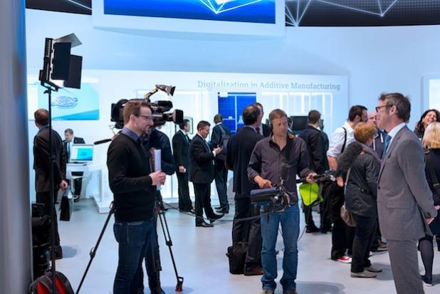 (Foto: hl-studios, erlangen): Das HL-Filmteam war auf der Hannover-Messe vor Ort und befragte unter anderem Herrn Alastair Orchard von Siemens zu den zukunftsweisenden Themen der Industrie 4.0.