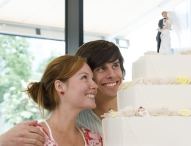 Beim Start ins Eheglück Versicherungen zusammenlegen und sparen