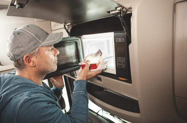Durch die neue Lkw-Mikrowelle ist der Fahrer nicht auf den Stopp an einer Raststätte angewiesen, kann seine Zeiten individueller planen, Geld sparen und trotzdem gute Hausmannskost genießen - Quelle: LifePR