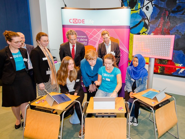 Photo of Girls' Day: Bundeskanzlerin Angela Merkel trifft Coding-Girls von Microsoft