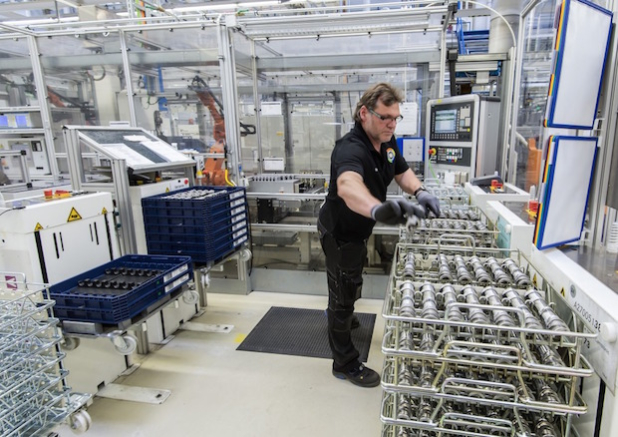 Mercedes-Benz Werk Berlin, Deutschland: Montage der innovativen Motorsteuerung CAMTRONIC /  Mercedes-Benz Berlin Plant, Germany: Assembly of the innovative management system CAMTRONIC - Quelle: Daimler AG