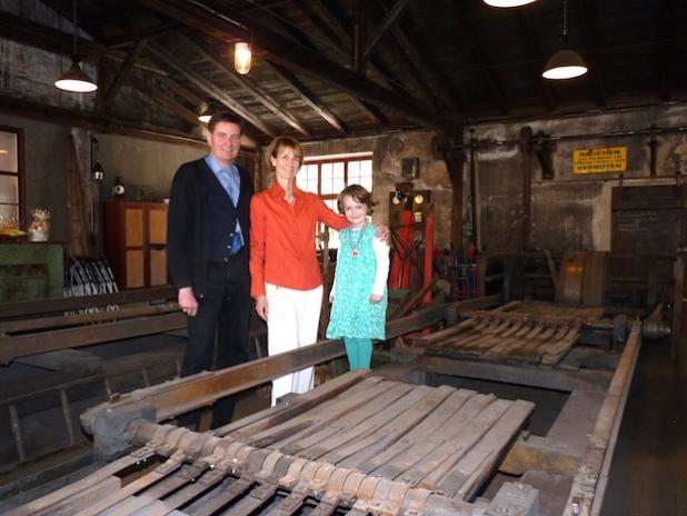 Die Eisenmühlen-Inhaber Sabine und Jost W. Mucheyer mit Tochter Cosima an der Eisenpulvermühle. Bildquelle: MEDIENKONTOR / Franziska Märtig.