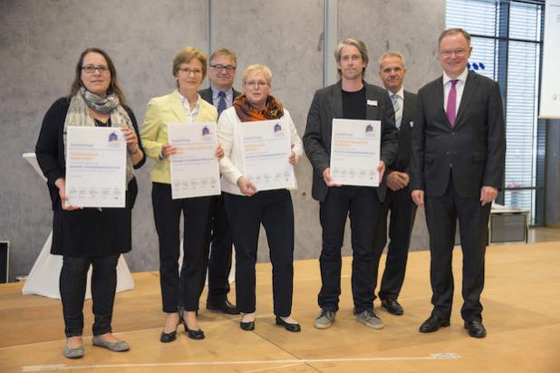 Ministerpräsident Stephan Weil zeichnet 30 Schulen mit Gütesiegel aus  - Quelle: LifePR
