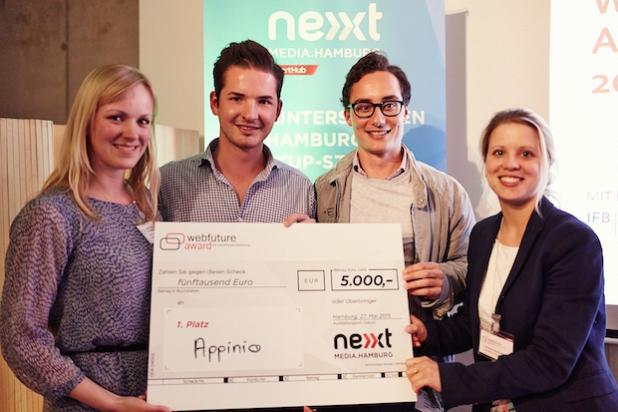 Die Gewinner des Webfuture Awards 2015: Jonathan Kurfess (2. v. l.) und Flemming Kühl von appinio zusammen mit May-Lena Signus (links) und Veronika Reichboth vom nextMedia.StartHub. - Quelle: nextMedia.Hamburg